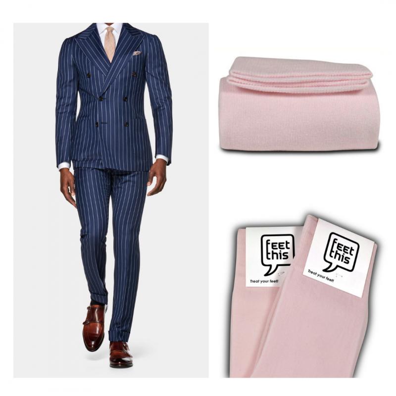 Licht roze sokken bij blauw pak